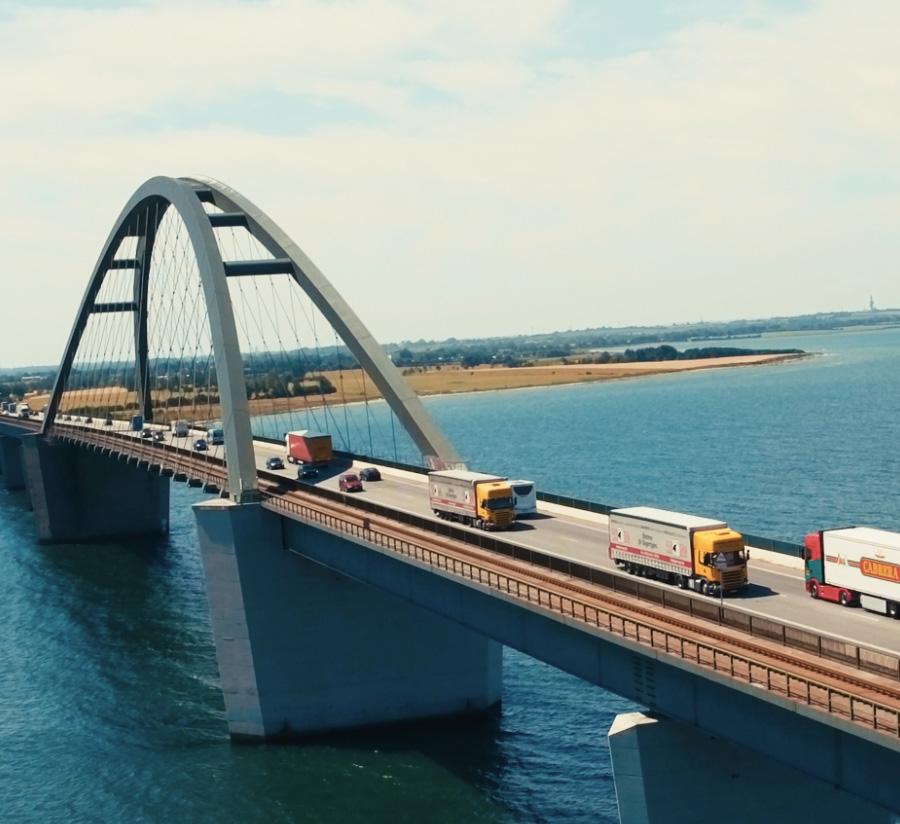 Brücke über Wasser mit Peer-Span-LKWs