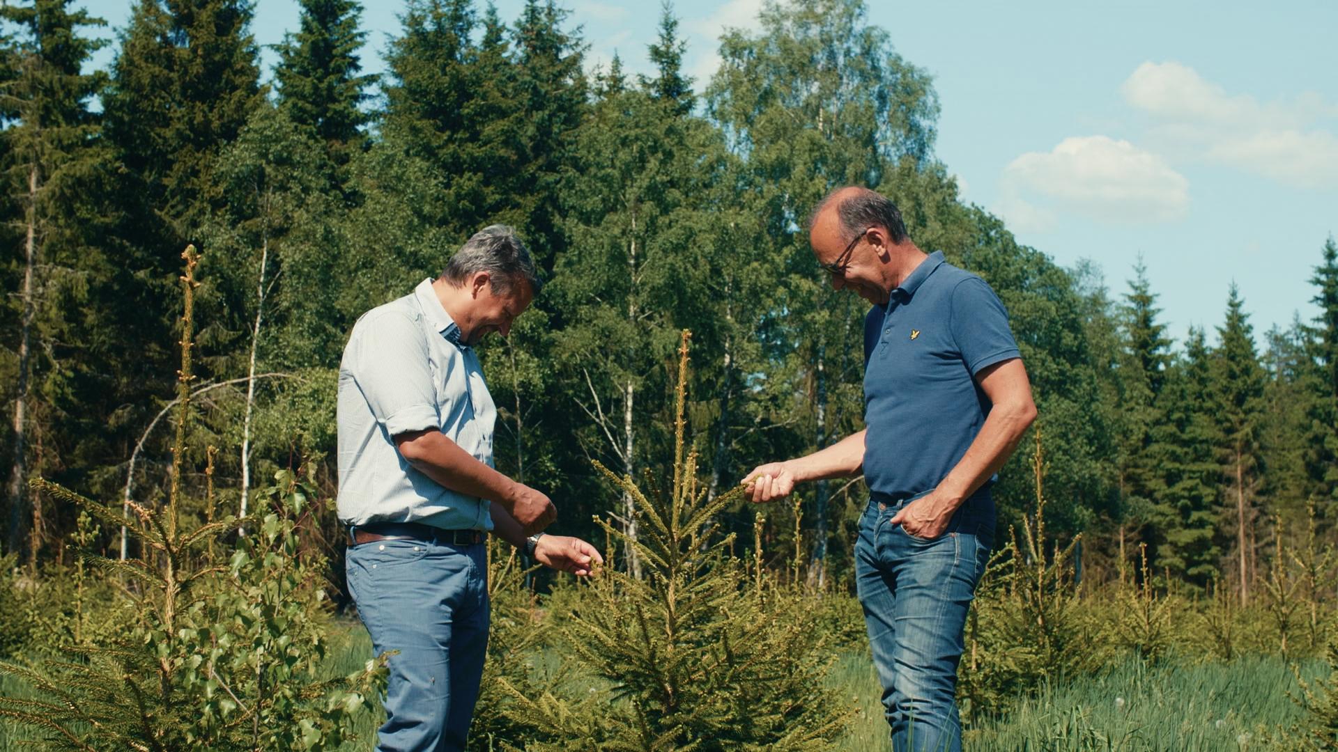 Peer-Span zwei Männer vor Wald in Schweden