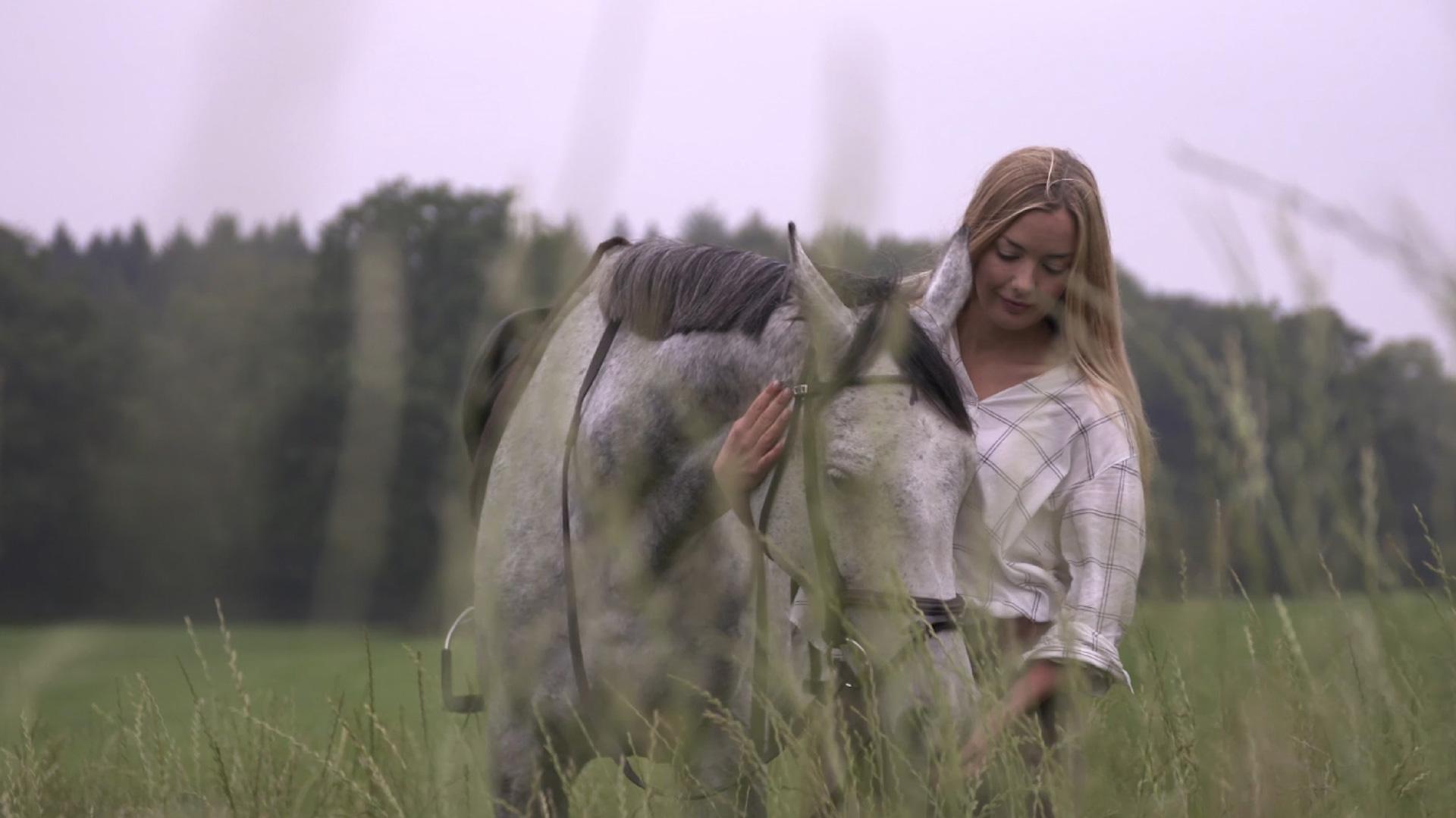 Mädchen mit Pferd auf Wiese